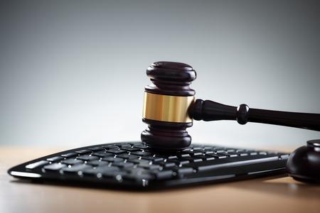 全国扫黑办再发布4个法律政策文件! 陈一新:确保专项斗争始终在法治轨道上运行